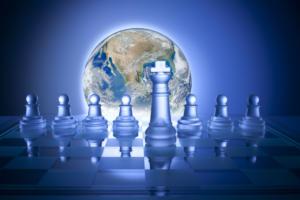 Concept de solutions : échiquier devant le globe terrestre